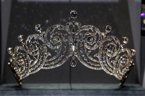 7767548382_une-tiare-cartier-datant-de-1902-exposee-dans-l-exposition-du-grand-palais